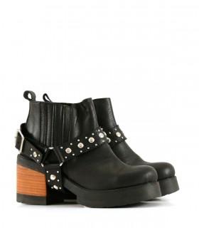 Botas cortas con tachas de cuero negro