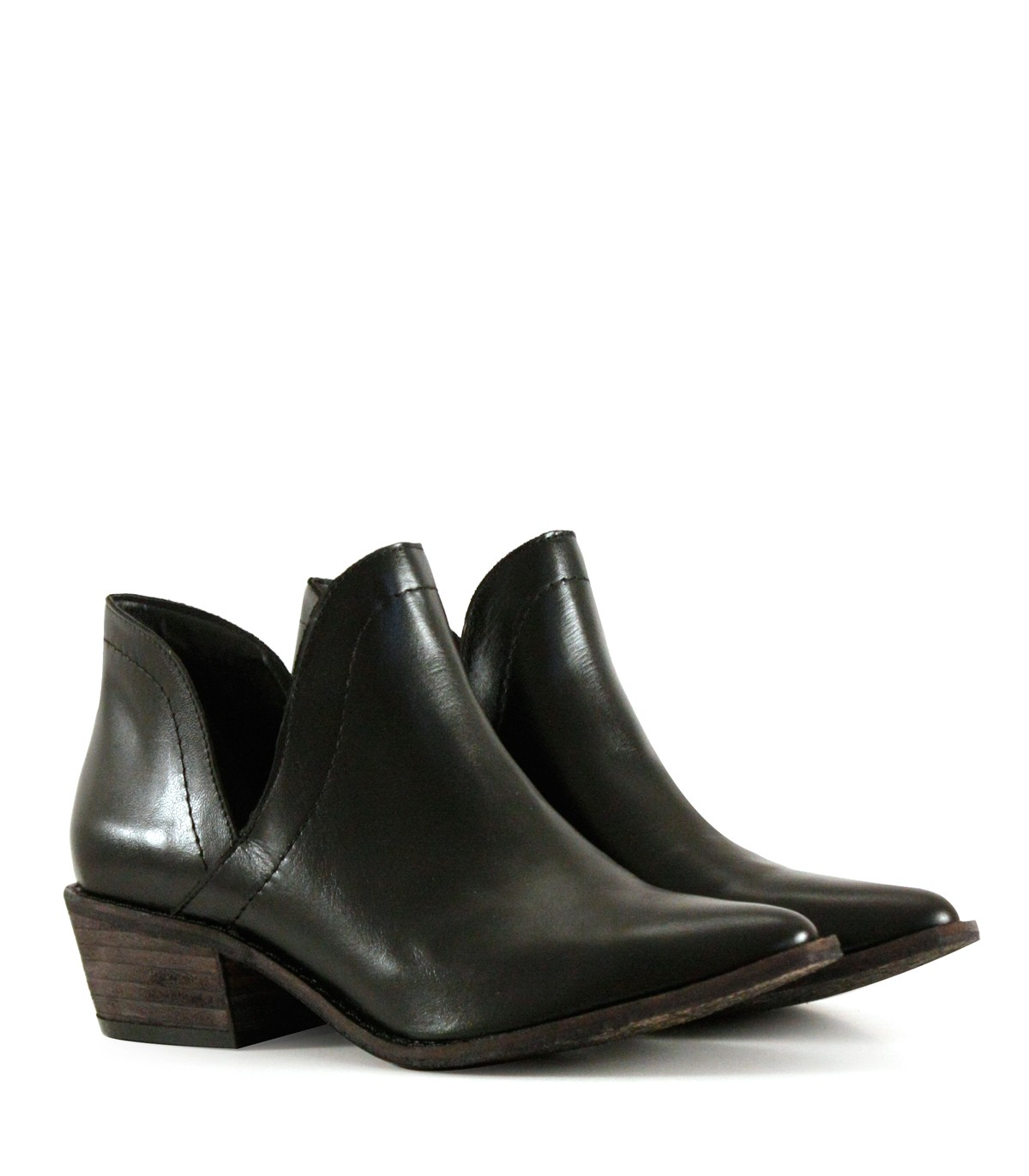 0e161ec4 Botas cortas de cuero en negro con corte lateral| Mujeres | Batistella