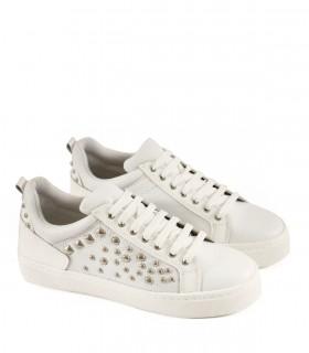 Zapatillas de cuero blanco con tachas