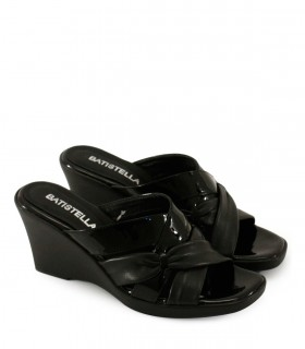 Sandalias en cinta de charol negro