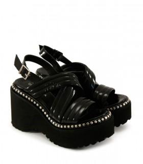 Sandalias en charol negro con tachas
