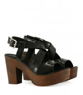 Sandalias de charol negro con plataforma