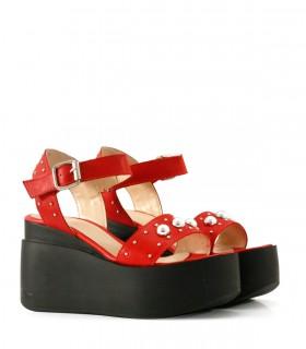 Sandalias altas de cuero rojo con tachas