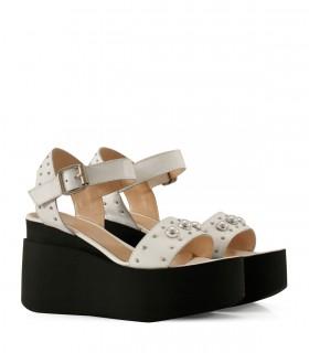 Sandalias altas de cuero blanco con tachas