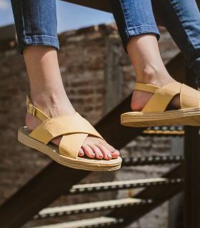 Sandalias bajas de cuero en beige