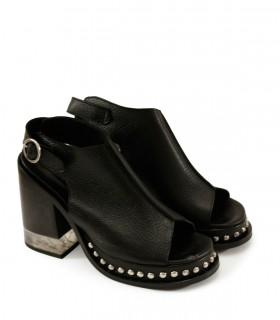 Sandalias de cuero negro con tachas